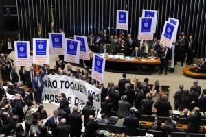 Câmara aprova reforma que definha CLT às vésperas da greve geral