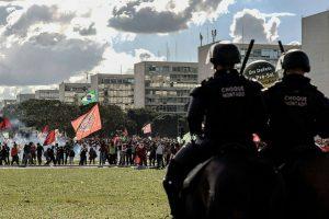"""Em meio a bombas e gás, multidão entoa """"Fora Temer"""" na Esplanada"""
