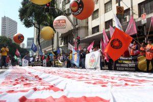 Trabalhadores ocupam ruas e fazem manifestações em todo o país