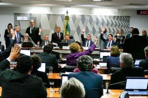 Denunciado pelo MP e a 2 dias da greve geral, Temer aprova 'fim' da CLT na CCJ
