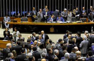 Após 15h de 'cerco' a parlamentares, servidores vencem batalha da LDO
