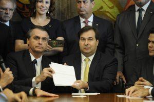 Bolsonaro assina MP que ameaça sindicatos 9 dias após anunciar PEC da Previdência