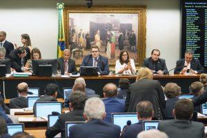 Governo aprova PEC da Previdência na CCJ com dados sob sigilo e sob protestos
