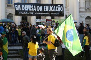 Ato pró-Bolsonaro comemora retirada de faixa 'Em Defesa da Educação' na UFPR