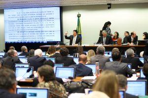 Na comissão, deputados festejam voto em reforma que tornará pensão menor que salário mínimo