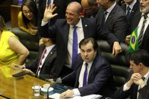 Sob denúncia de compra de votos, Câmara vota reforma que deixa milhões sem aposentadoria