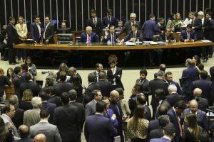 Governo vota PEC da Previdência na Câmara sob denúncia da 'velha política' da compra de votos
