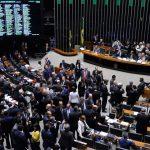 Enquanto atos pelo país defendiam direitos, Câmara vota fim do descanso aos domingos