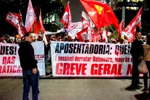 """Trabalhadores protestam contra """"Nova previdência"""" na Avenida Paulista e em Santos"""