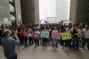 """Em ato """"fofo"""", servidores e magistrados defendem permanência da creche no TRT-2"""