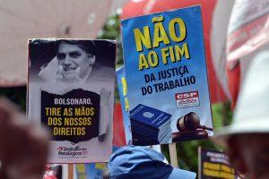 Bolsonaro isenta empresas enquanto 'reforma' que reduz até pensões é promulgada