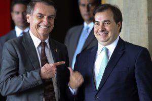 Após congelamento, Maia e Bolsonaro voltam a tentar pautar redução salarial de servidores