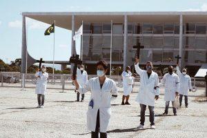 Agressões a enfermeiras e jornalistas em ato por vítimas da Covid-19 no 1º de Maio e neste domingo mostram país doente