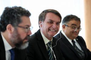 Bolsonaro confirma 'granada' e sanciona congelamento salarial para todos servidores
